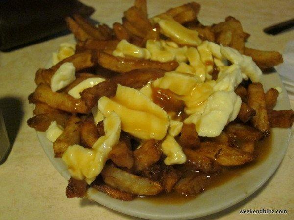 LA CLASSIQUE (6.95 CAD):  frites, fromage en grains et sauce bbq
